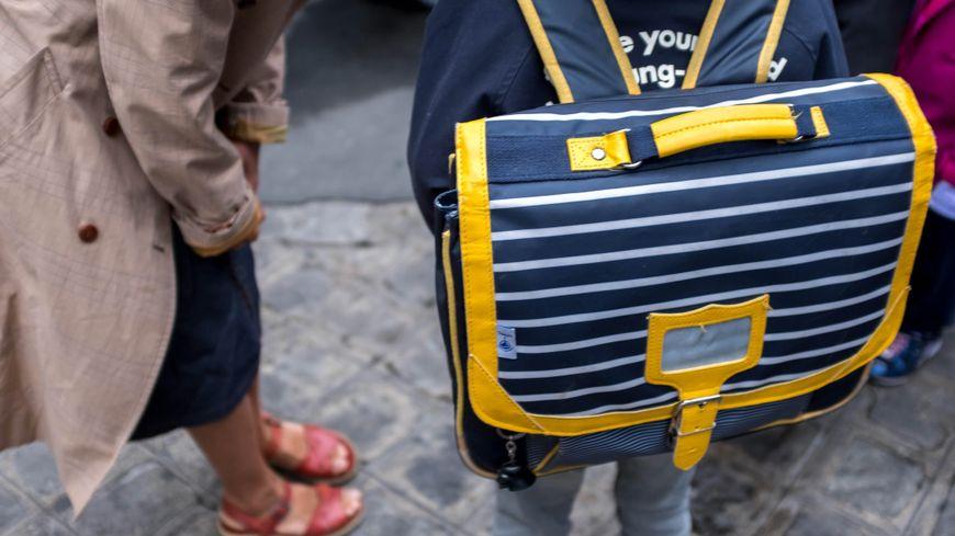 IMAGE D'ILLUSTRATION. Un enfant sur le chemin de l'école