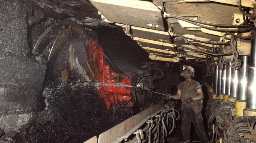 Mineur en taille plateure près d'une haveuse au puits Sainte-Fontaine à Saint-Avold