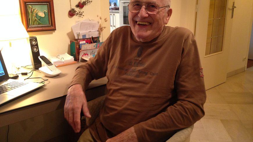 Jacques a 84 ans, il dispose d'objets connectés pour rester chez lui tout en étant surveillé par ses médecins