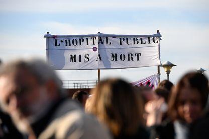 """""""Je pense que dans 10 à 20 ans il n'y aura plus d'hôpital"""" raconte Nicole Smolski, médecin réanimatrice à l'hôpital de la Croix Rousse à Lyon."""