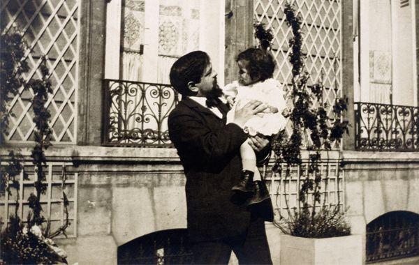 Debussy et sa fille Claude-Emma (Chouchou), en 1909