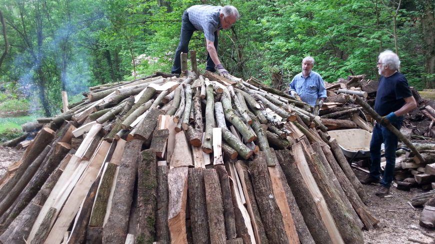 """La """"meule"""" de l'association Les Charbonniers du Fleckenstein est dressée avec 8 stères de bois"""