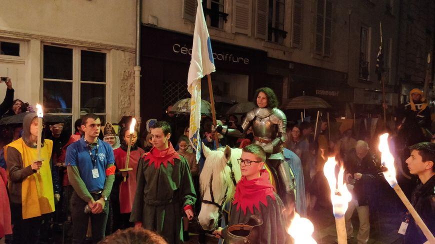 Mathilde Edey Gamassou, Jeanne d'Arc 2018, a passé la porte de Bourgogne en armure, sur son cheval.