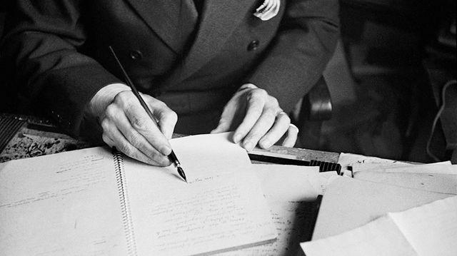 Paul Valéry en train d'écrire, à la plume