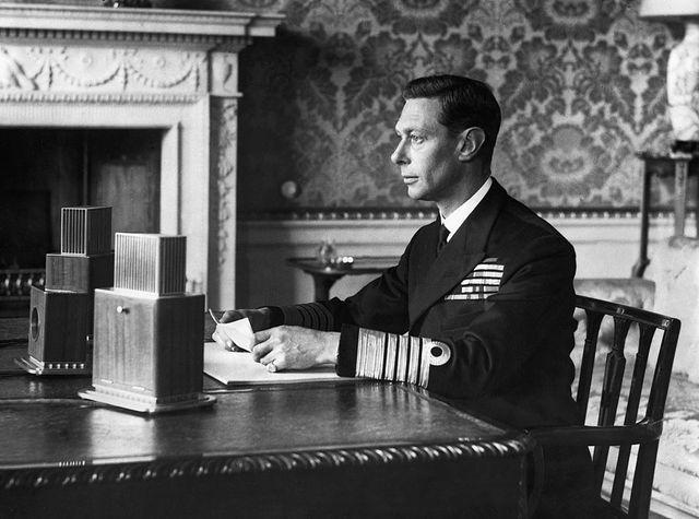 L'Angleterre entre en guerre ; le roi George VI fait un discours diffusé à la radio pour mobiliser son peuple