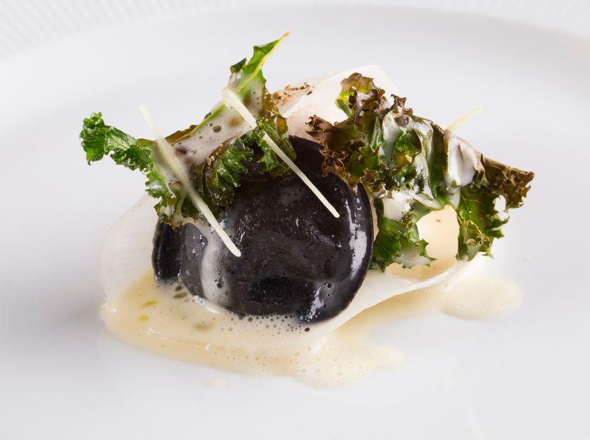 Raviole de morilles, choux kale, lard de Colonnata