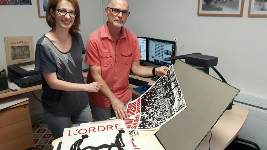 Aure Lecres et Yves Schleiss des Archives Municipales d'Avignon examinent les premiers documents reçus