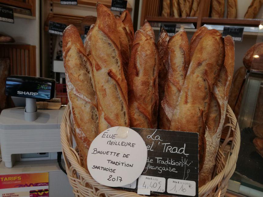 Les baguettes sont bien mises en avant dans le magasin. Les boulangers espèrent surfer sur l'annonce sur les prix remportés.