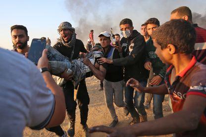 Un blessé palestinien est évacué après les affrontements dans la bande de Gaza