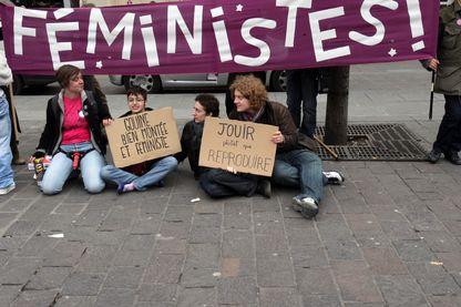 """En 2008, pancarte """"Féministes"""" pour le Women's Day"""