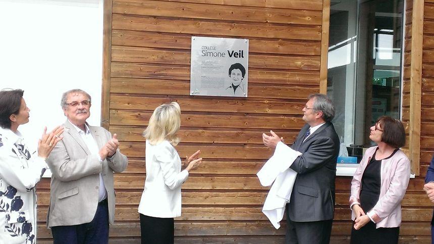 Le président du département et la rectrice d'académie dévoilent la plaque du collège Simone Veil