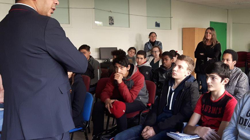 Mustapha Laabid, le député LREM, devant une classe de 3ème du collège Les Chalais à Rennes