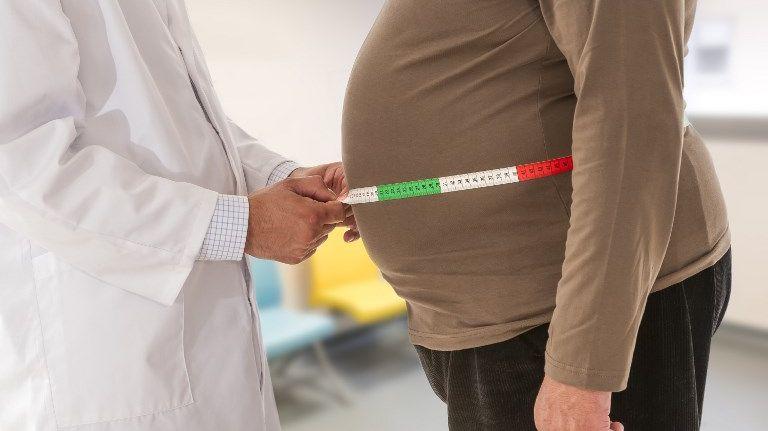 Mesure de tour de taille lors d'une consultation pour obésité