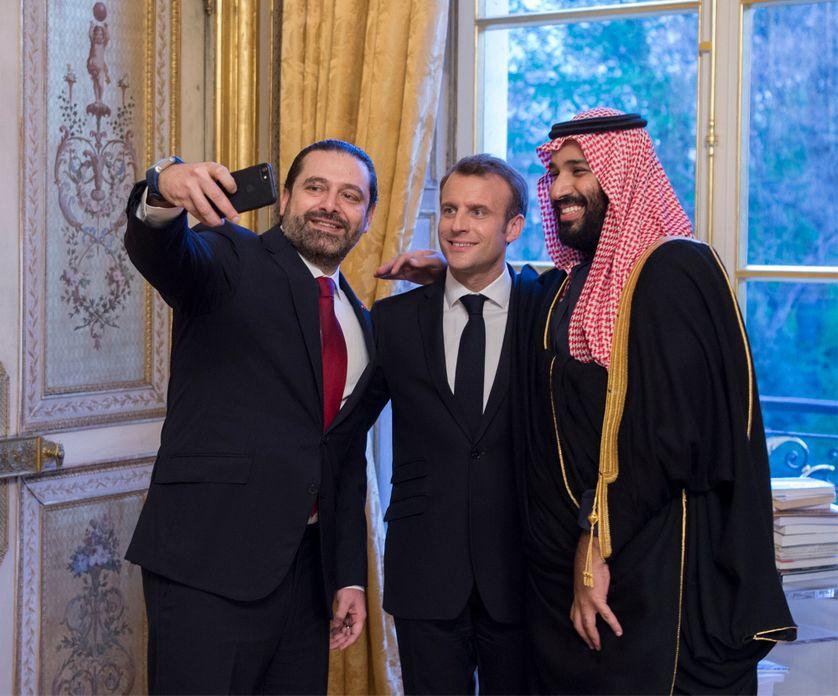 Le premier ministre libanais Saad Hariri prend un selfie avec le président français Emmanuel Macron et le Prince saoudien Mohammed bin Salman lors d'un dîner officiel à l'Elysée le 10 avril 2018.