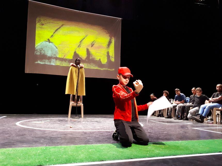 Des CM2 de l'école Denis Diderot de Clermont-Ferrand jouent leur version d'Oliver Twist.
