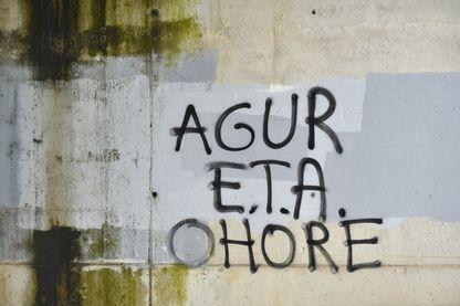 """""""Adieu E.T.A et honneur"""" peut-on lire sur ce graffiti dans le village basque d'Espagne Agurain"""