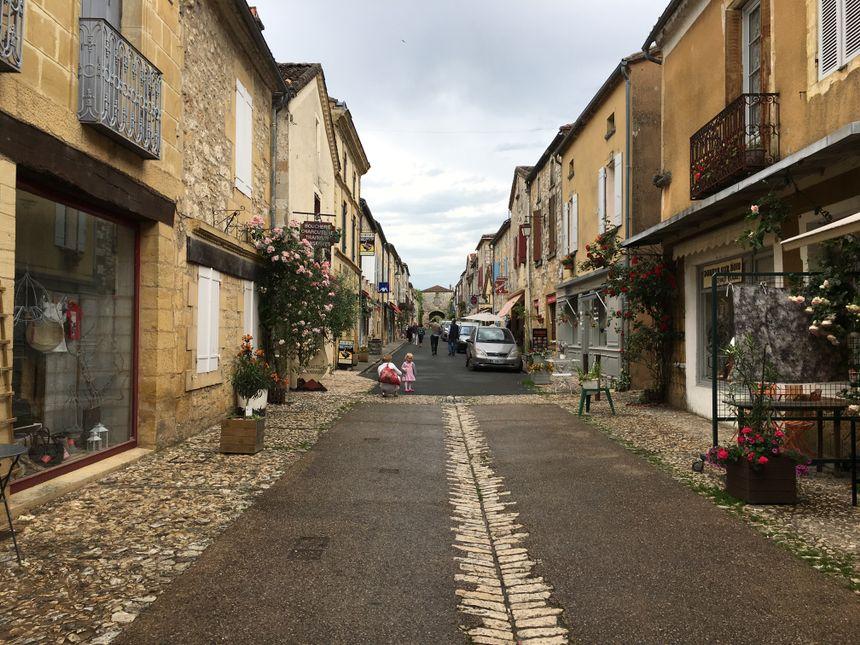 Pierre Bellemare se promenait régulièrement dans les petites rues du village de Monpazier.