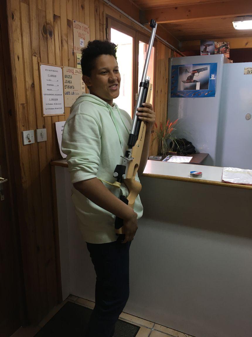 """""""On est là pour le loisir, pas pour faire la guerre!"""" assure Sacha, 13 ans. La sécurité est au cœur de l'apprentissage du tir sportif."""