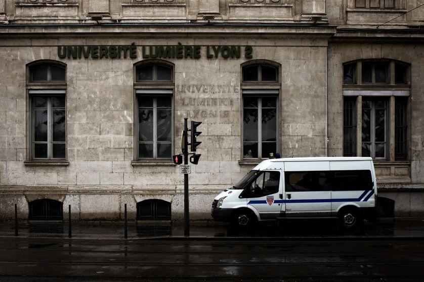 Voiture de police stationnée devant l'université Lyon 2. Photo prise le 14 mai 2018.