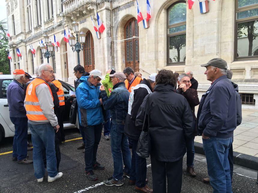 Une quarantaine de personnes rassemblées devant la mairie de Valence à l'appel de la CFDT.
