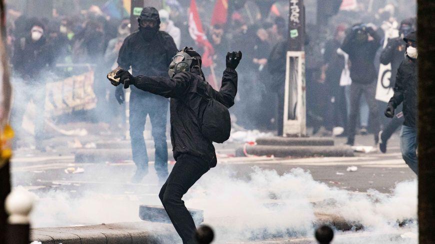 Violences en début de cortège à Paris, des individus masqués ont lancé des projectiles sur les forces de l'ordre
