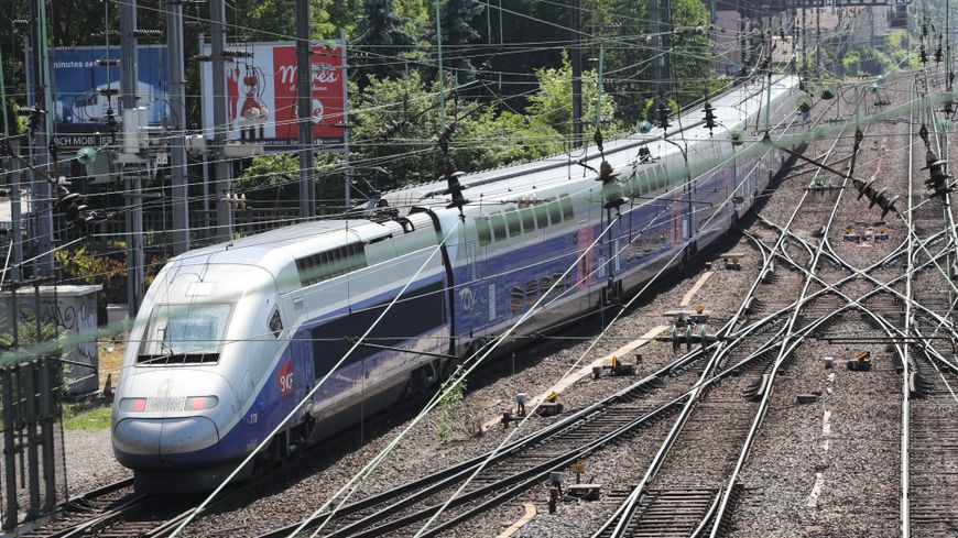 Un TGV (Rhin-Rhône) à la sortie de la gare de Mulhouse.