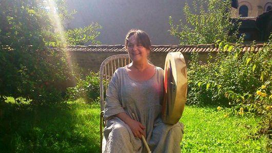 Anne-Marie Kouchner avec son tambour de chamane