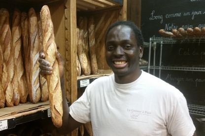 Djibril Bodian, boulanger, dans sa boulagerie « Le grenier à pain » dans le 18ème arrondissement à Paris
