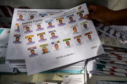 Une femme tient un bulletin électoral lors d'une répétition préparatoire à l'élection présidentielle du 20 mai prochain, le 6 mai 2018, à Caracas, au Venezuela.