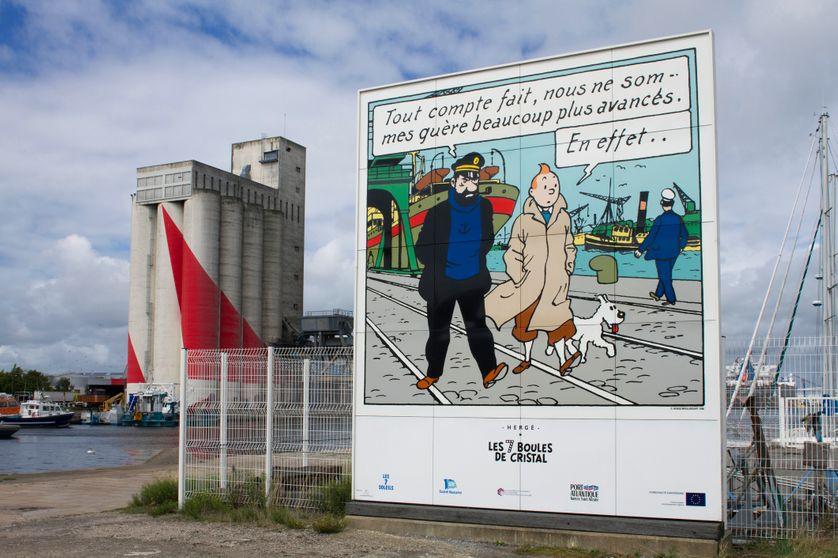 Un panneau avec un dessin de Tintin à Saint-Nazaire