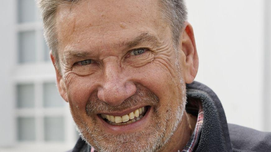 Philippe Lutz est écrivain et photographe et vit à Saint-Pierre-Bois, dans le Bas-Rhin
