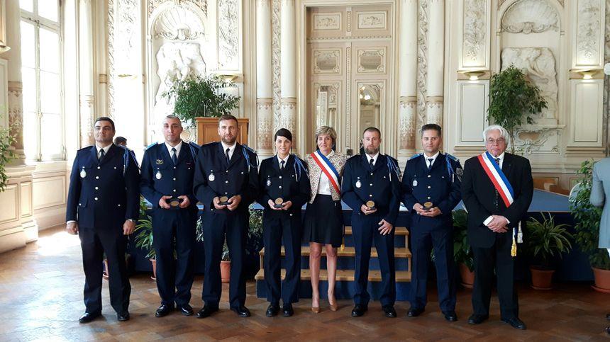 Les cinq policiers honorés entourés par les élus et leur Directeur - Radio France