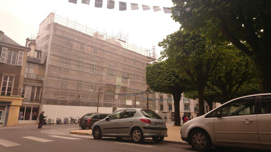 L'Hôtel de Ville de Pau dévoilera sa couleur abricot cet été