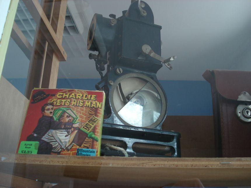 Dans une vitrine, un cabinet de curiosités.