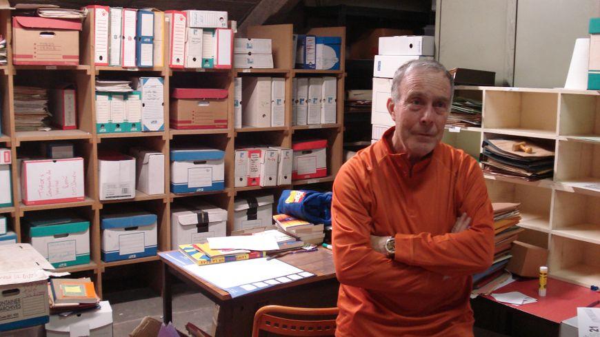 Jean Belin parmi les archives de l'Institut d'histoire sociale de Côte-d'Or, qui conserve des photos et tracts de mai 68.