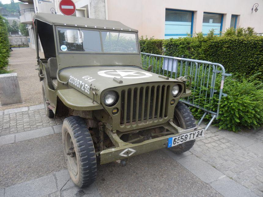 La jeep willys les Passeurs de Mémoire recréent un camp américain : véhicules d'époque, tentes, bivouac... avec la possibilité de faire un baptême en véhicule d'époque.