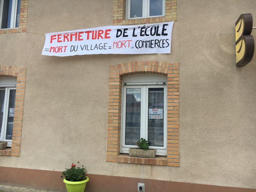 Une banderole dans la rue principale de Chaumuzy