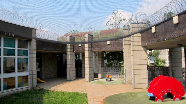 La cour de promenade de la nursery de Fleury-Mérogis. Les bébés peuvent rester avec leurs mères détenues jusqu'à leurs 18 mois.