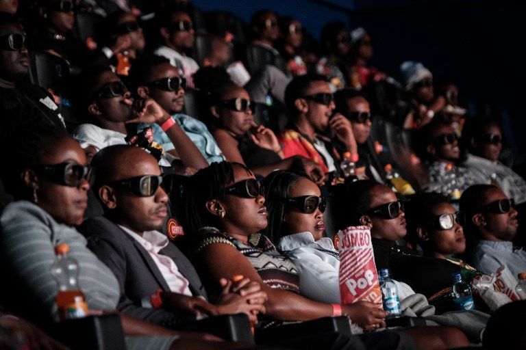 Une projection en 3D du film Black Panther à Nairobi.