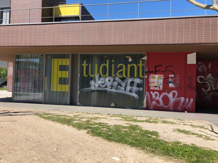 Les étudiants bloquent leur fac à Nanterre.