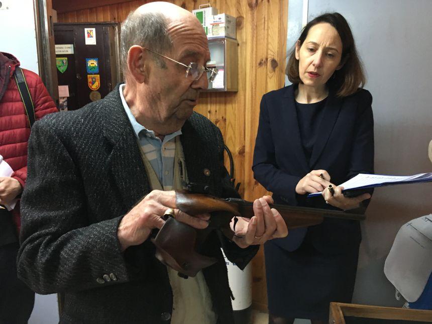 La sous-préfète Elise Dabouis passe en revue toutes les armes de poing appartenant au club de tir rochelais