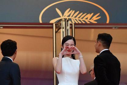 """L'actrice sud-coréenne Jun Jong-seo gesticule en arrivant le 16 mai 2018 pour la projection du film """"Burning"""" à la 71e édition du Festival de Cannes, à Cannes"""