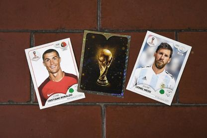 Cartes Panini avec, à gauche, l'attaquant portugais Christiano Ronaldo et, à droite, l'attaquant argentin Lionel Messi
