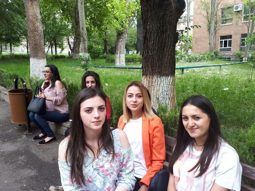 Les trois étudiantes arméniennes rencontrées par Marie-Pierre Vérot.