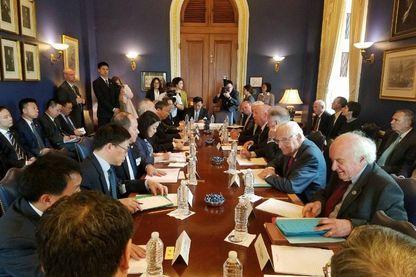 Les deux délégations chinoise et américaine aux négociations commerciales de Washington