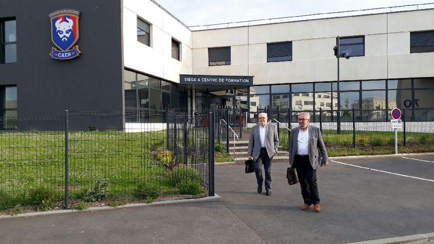 Jean-François Fortin (à droite) quitte les locaux du Stade Malherbe Caen après avoir été mis en minorité par les actionnaires du club ce lundi.