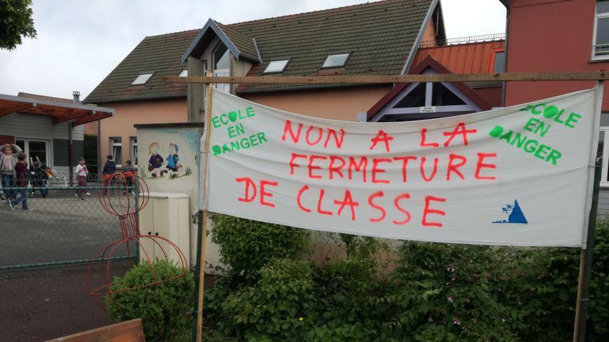 Plusieurs parents d'élèves bloquent l'accès aux classes une matinée ou une après-midi par jour