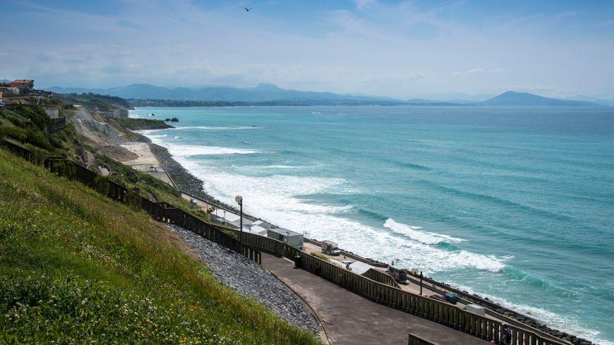 Le corps a été découvert sur le parking surplombant la plage de la Côte des Basques, à Biarritz.