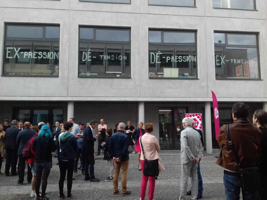 Des étudiants expriment leur mécontentement sur les vitres de l'extension