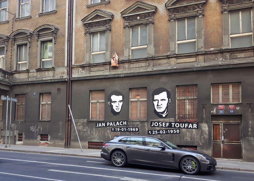 Hommage dans une rue de Prague à Jan Palach et Josef Toufar, symboles de l'opposition aux forces du Pacte de Varsovie et  des persécutions du régime communiste en Tchécoslovaquie